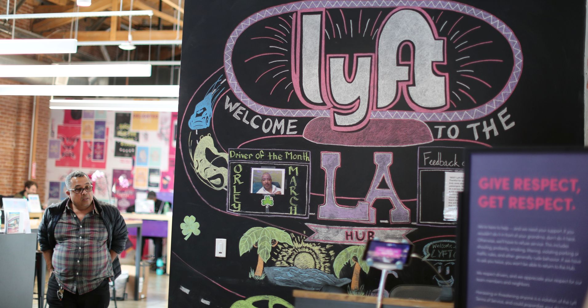 Lyft shares drop to a new low as experts ahead of Uber's debut