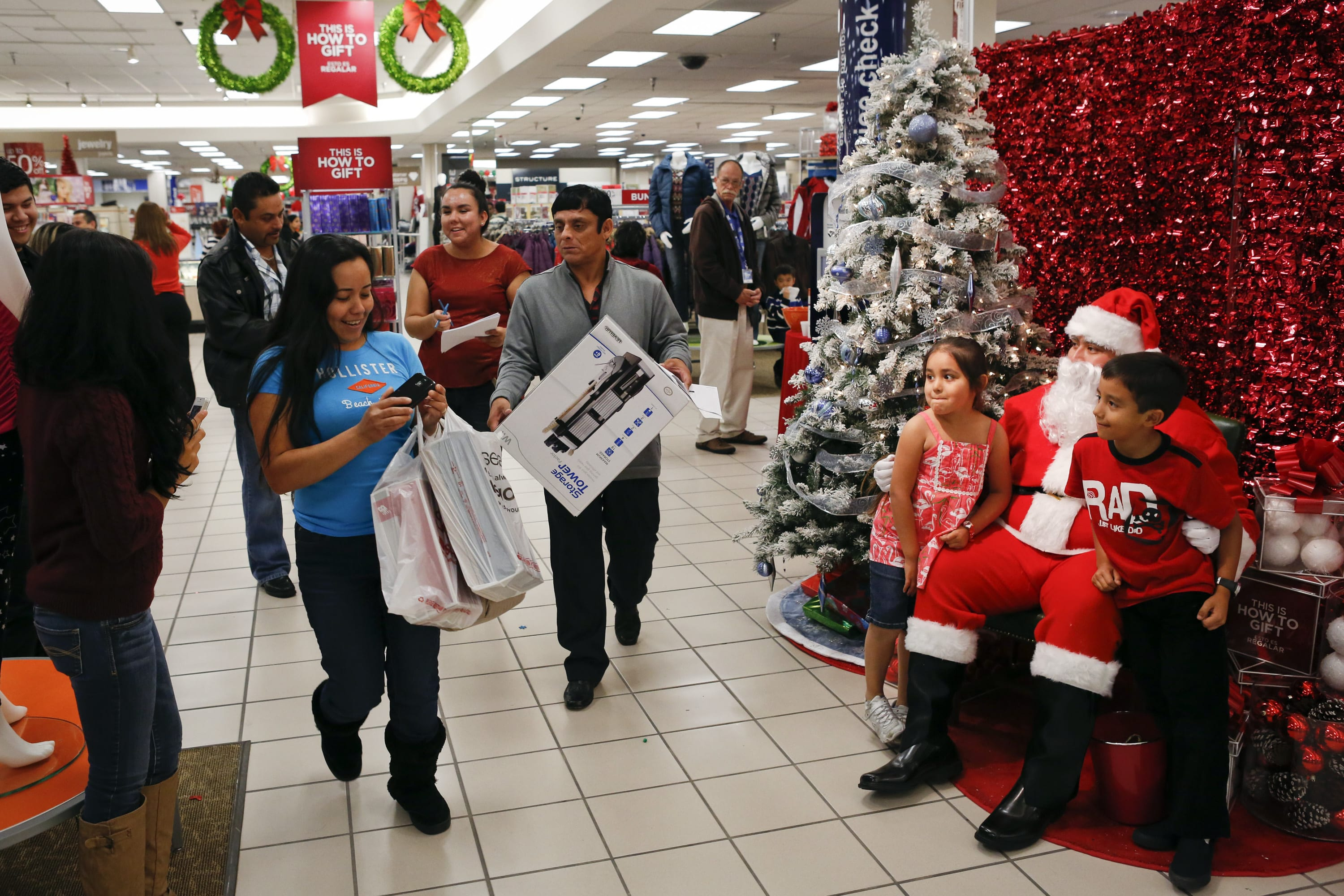 Holiday retail sales could rise 5% despite 'unprecedented uncertainty'
