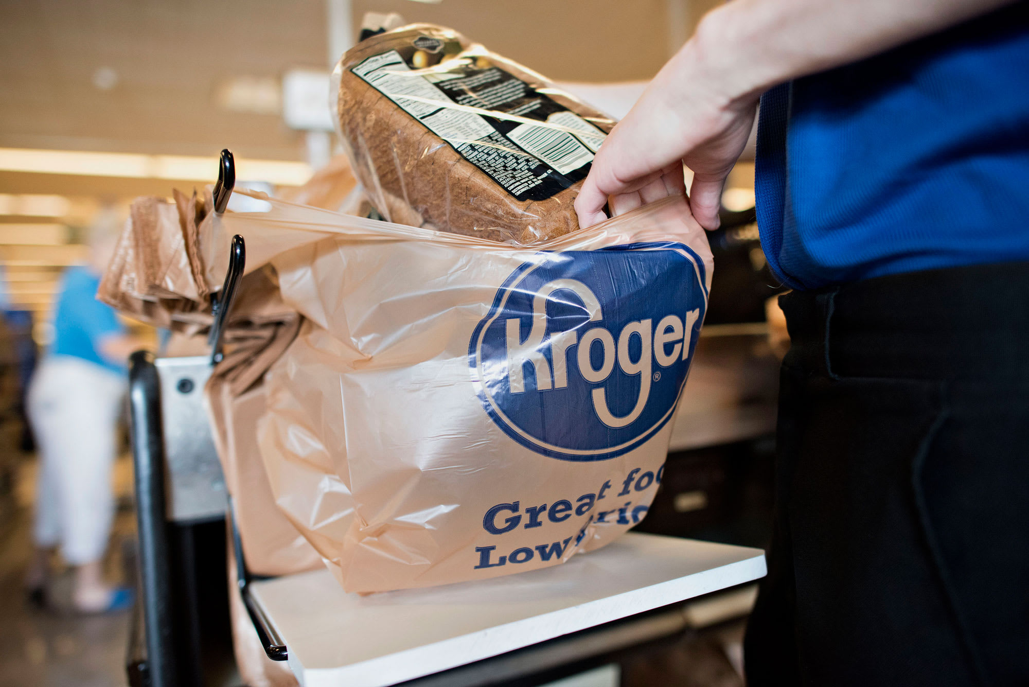 Kroger's doubts about turnaround targets cloud quarterly profit beat