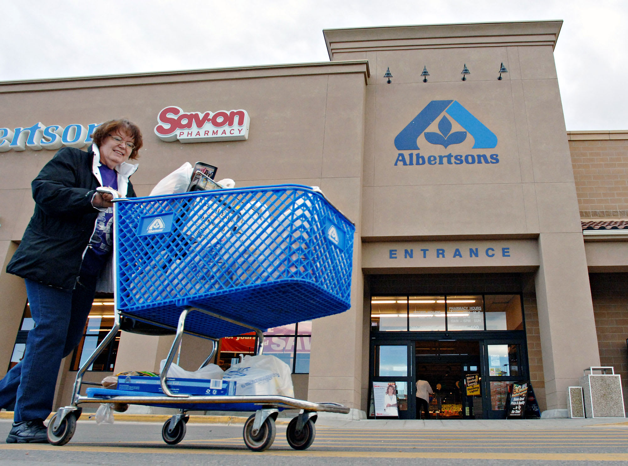 Albertsons prices downsized IPO below target range, sources say