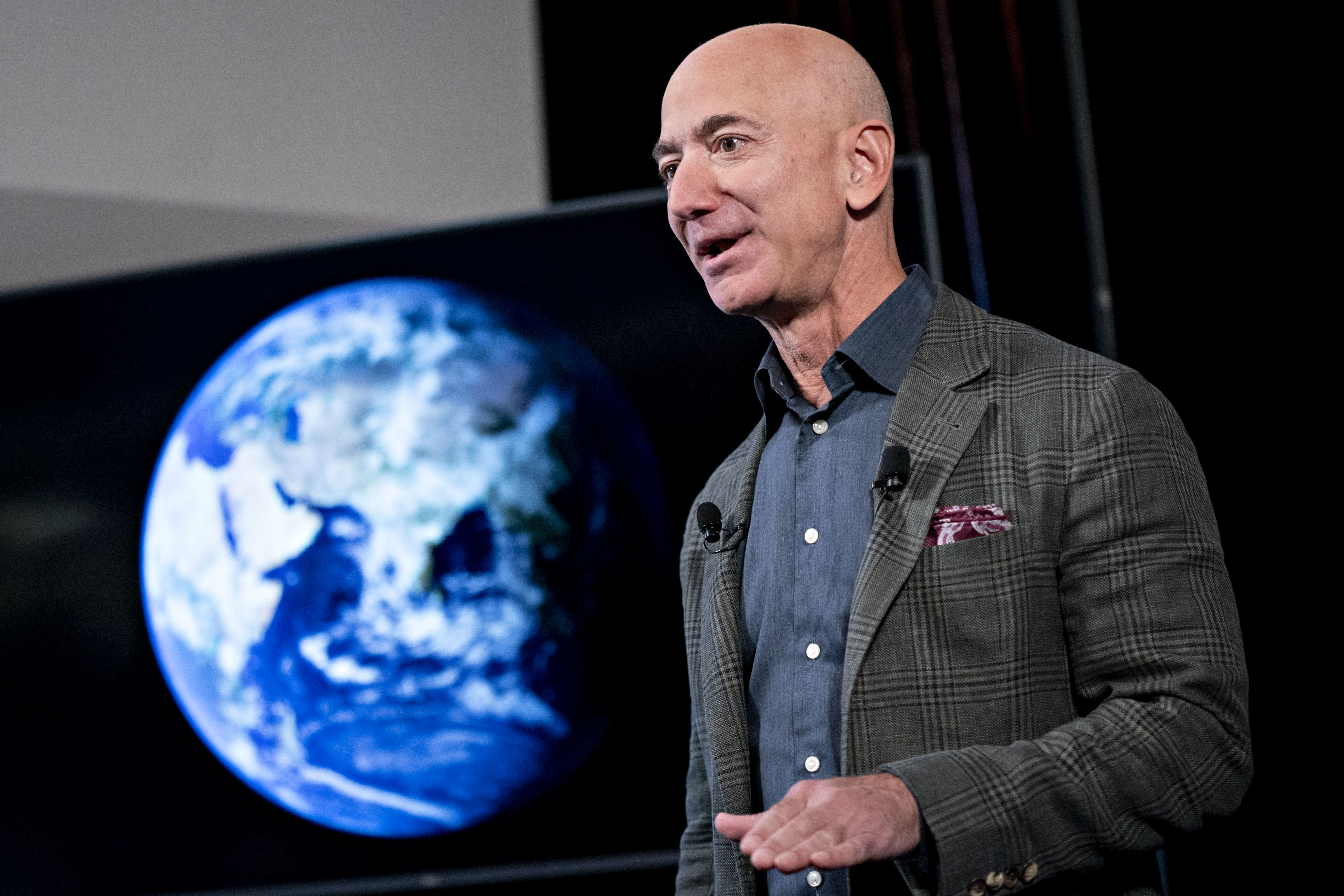 Jeff Bezos visited the new headquarters of Relativity Space, the 3D-printing rocket builder