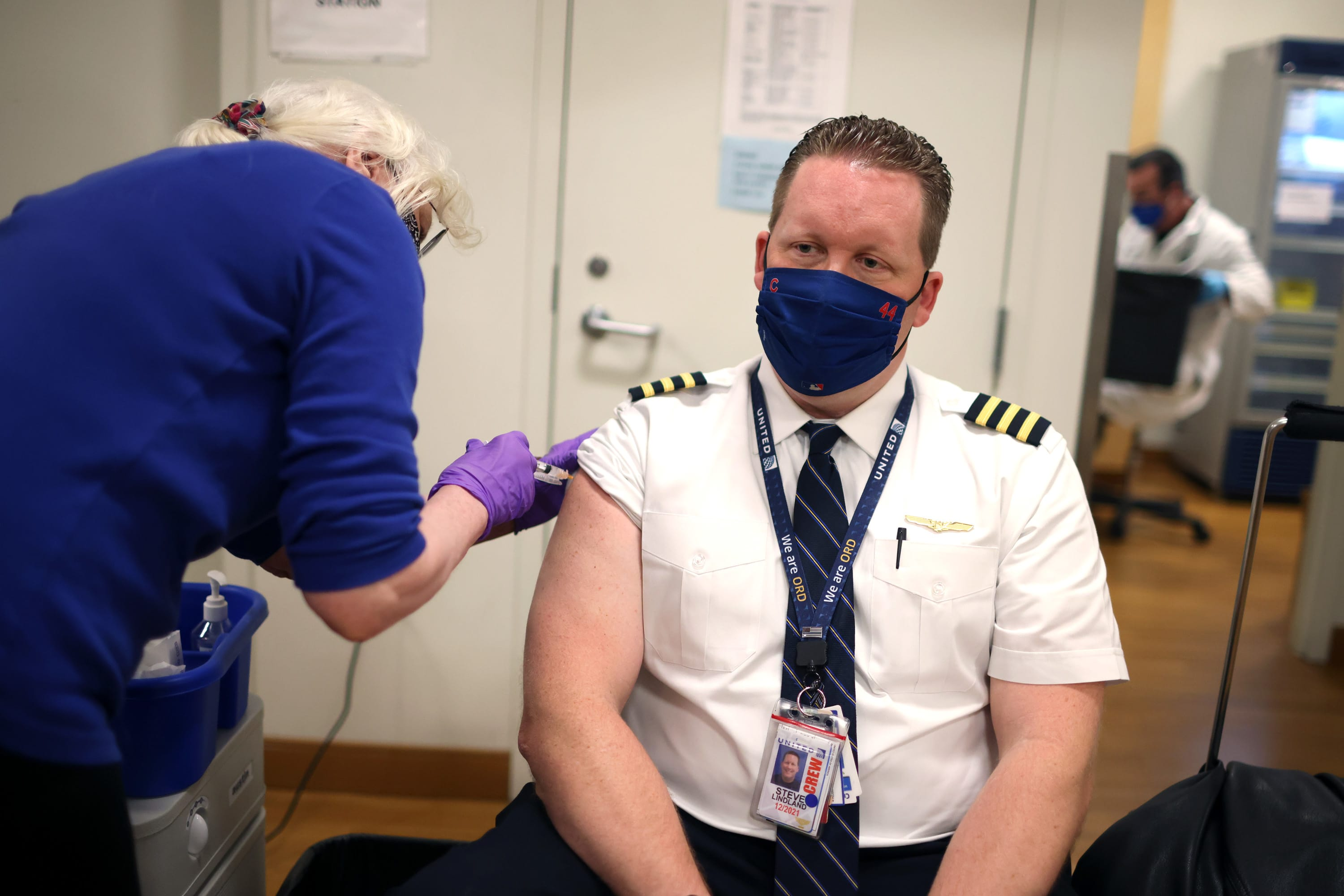 United will require its U.S. employees to be vaccinated, a first for country's major airlines